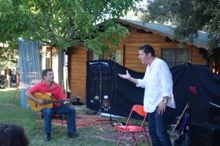 Mathieu au chant et Guillaume à la guitare!